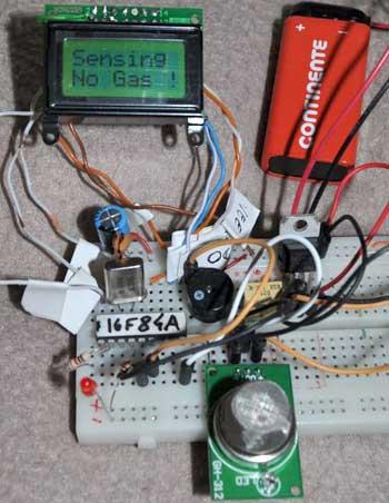 Сначала, схема детектора газа была собрана на макетной плате.