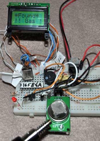 После того, как воздух возле датчика очищен и датчик не определяет наличие газа в нем, схема переходит в нормальный...