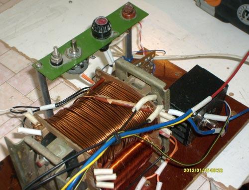Печатная плата закрепляется внутри корпуса сварочного полуавтомата, ручка регулятора оборотов двигателя - R3...