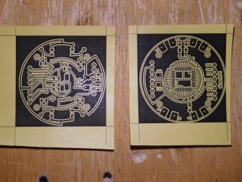 Напечатанные на самоклеющейся бумаге лицевая и изнаночная стороны печатной платы