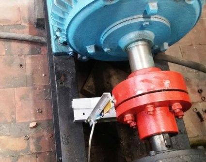Установка датчика на кронштейне вблизи муфты на валу двигателя