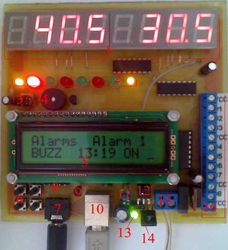 На нем попеременно отображается время и температура(слева внешний термометр, справа - внутренний).  Индикаторы.