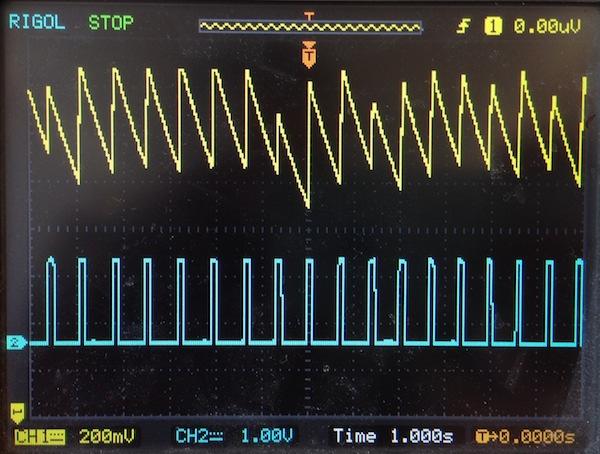 Выходное напряжение, изменяющееся во времени, в точках схемы COMP (CH1) и Pulse (CH2)