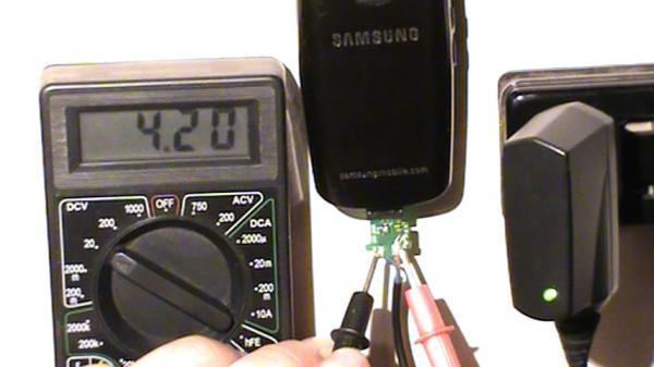 Напряжение на выходе адаптера во время зарядки