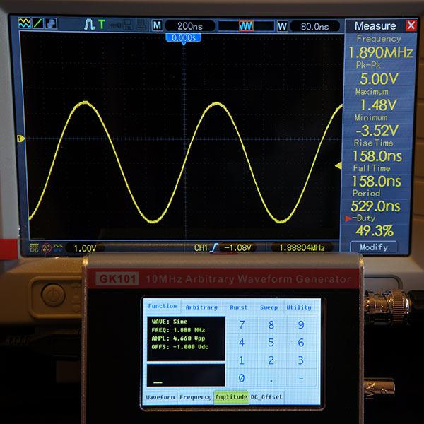 Синусоидальный сигнал 1.888МГц, 4.66В, смещение -1В