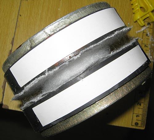 Наклеиваем бумажные полоски вдоль магнитов