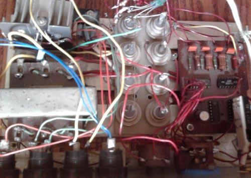 Используемые детали в бегущих огнях можно заменить на импортные и отечественные аналоги: К155ЛА3 на SN7400, К155ТМ2...