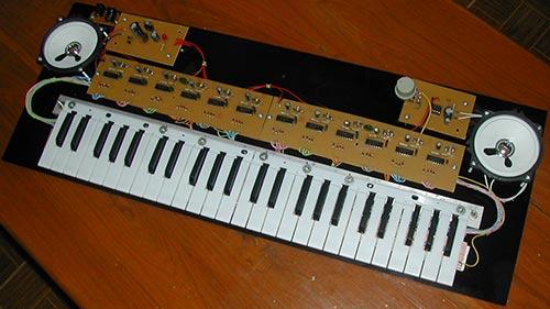 Музыкальный синтезатор самодельный