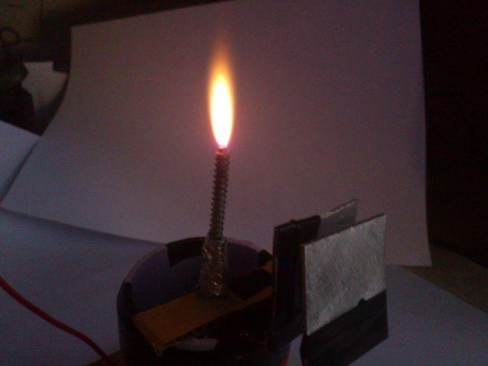 1) Факел имеет температуру не
