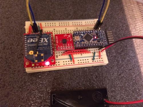 Первый прототип контроллера, на макетке.  Справа Arduino Pro Mini, середина с акселерометром и XBee, все работает от...