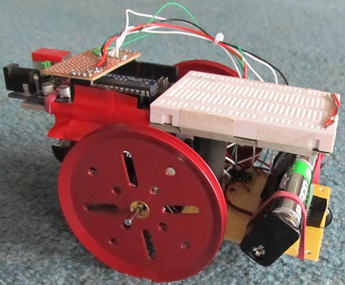 В этой статье описано создание очень простого робота на Arduino.  На основе этого робота можно создать много проектов.